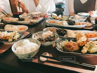 女性,食べ物,カフェ,食事,ランチ,屋内,京都,テーブル,皿,肉,料理,複数,おばんざい,卯sagi