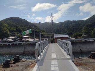山を背景にした橋の写真・画像素材[4769893]