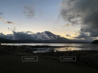 夕暮れの雲間から見える富士山の写真・画像素材[4763106]