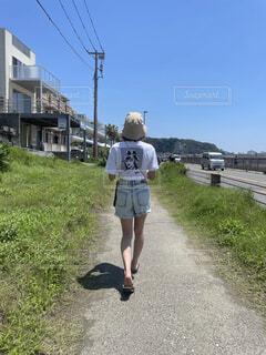 真夏の海に向かう女の子の写真・画像素材[4762173]