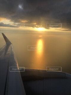 飛行機から見える夕陽の写真・画像素材[4824638]