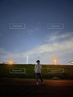 野原で凧を飛ばす男の写真・画像素材[4855949]