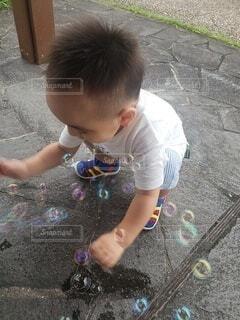 シャボン玉を見つめる我が子の写真・画像素材[4796440]