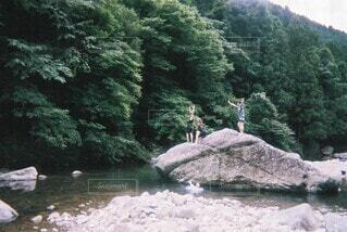 自然,屋外,湖,川,水面,山,樹木,岩,人物,人,ハイキング