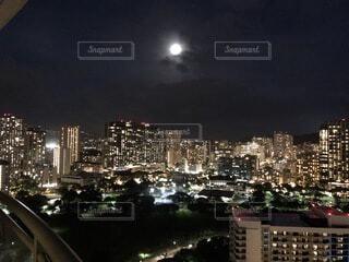 ハワイのコンドから撮影した夜景と月の写真・画像素材[4764152]