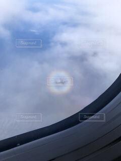 飛行機から見える虹と飛行機の写真・画像素材[4763823]