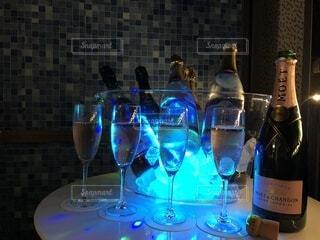テーブルの上のシャンパンの写真・画像素材[4777592]