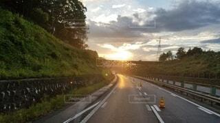 風景,空,屋外,湖,雲,夕焼け,夕暮れ,水面,高速道路,樹木