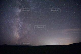 北海道の明るい星空と天の川の写真・画像素材[4766929]