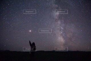 北海道の星空に手を伸ばす人と天の川の写真・画像素材[4766930]
