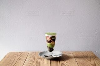 テーブルの上に置かれた抹茶パフェの写真・画像素材[4772322]