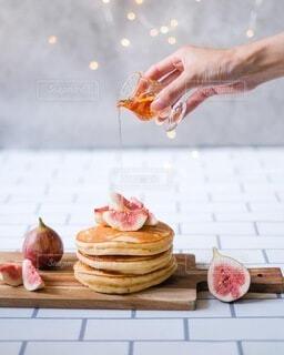 パンケーキにシロップをたらりの写真・画像素材[4773254]