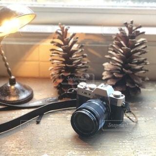 窓際のデスクに置いたレトロ風カメラの写真・画像素材[4774408]