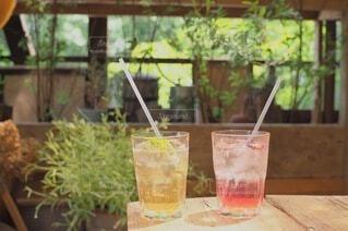 自然の中のカフェにて涼しいドリンクの写真・画像素材[4770917]