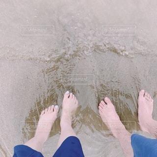 裸足で2人とはいる海の写真・画像素材[4769092]