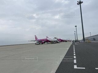 空港で撮るPeachの飛行機の写真・画像素材[4769138]