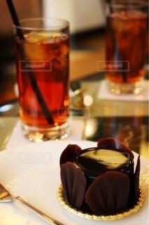 アイスティーとチョコレートケーキの写真・画像素材[4791412]