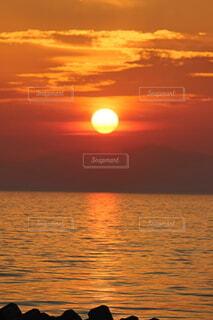 海岸から眺める夕焼けの写真・画像素材[4815023]
