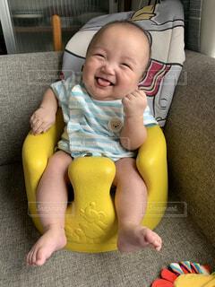 ガッツポーズする赤ちゃんの写真・画像素材[4786864]