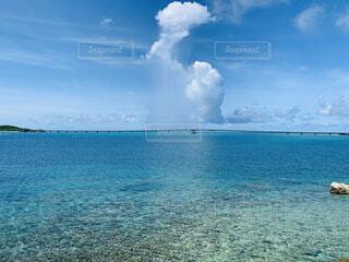 海の雨雲の写真・画像素材[4771306]