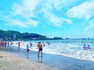晴天の青空での夏の海水浴の写真・画像素材[4769943]