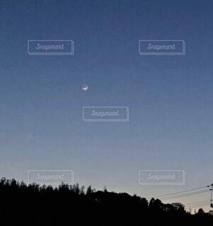 空を飛んでいる人の写真・画像素材[4770347]