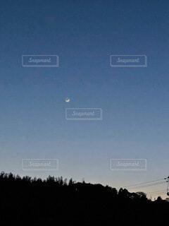 空を飛んでいる人の写真・画像素材[4770740]