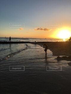 沖に沈む夕日の写真・画像素材[4770618]