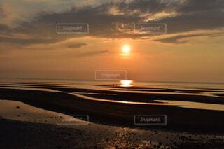 水の体に沈む夕日の写真・画像素材[4778803]