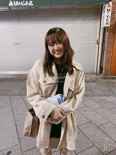 建物の前に立っている女性の写真・画像素材[4770885]