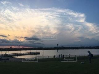 空,屋外,湖,雲,水面,草