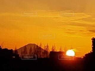 自然,空,夕日,富士山,屋外,太陽,雲,夕焼け,夕暮れ,山,日没,夕陽,日の出,夕景,日の入り,明るい,夕焼け空,夕刻,日没時