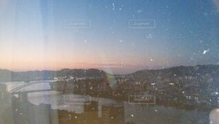 自然,風景,空,橋,屋外,川,山,景色,夜明け,朝焼け,人物,人,日の出,高知,高知県,ガラス越し,夜明け前,川のある街