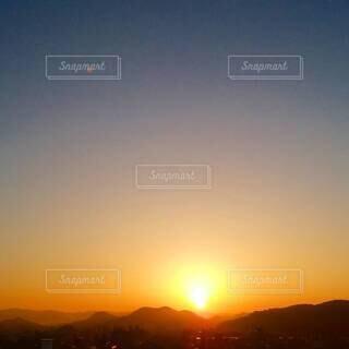自然,風景,空,屋外,太陽,朝日,山,山々,月,日の出,朝陽,四国,高知県,朱色,サンシャイン,サンライズ,設定,朝焼けの空,南国土佐