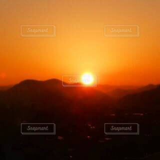 朱色に染まる朝焼けの空の写真・画像素材[4808517]