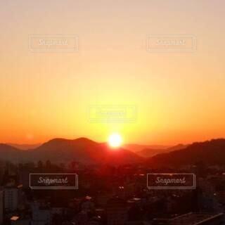 自然,風景,空,屋外,太陽,朝日,山,オレンジ,朝焼け,日の出,朝陽,早朝,四国,高知県,朱色,サンシャイン,サンライズ,設定,朝焼けの空,朝焼けの街