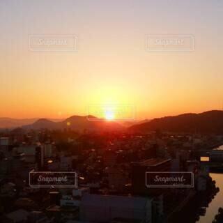 ホテルからの朝焼けと朝陽の写真・画像素材[4808520]