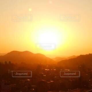 自然,風景,空,屋外,太陽,朝日,山,朝焼け,朝,日の出,朝陽,サンシャイン,サンライズ,朝焼けの空,朝焼けの街