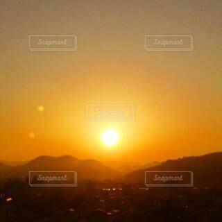 朱色に染まる朝焼けの空の写真・画像素材[4814480]