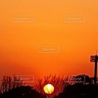 お家に帰る夕陽の写真・画像素材[4819666]