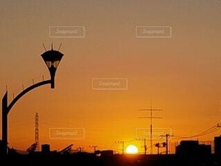 モノレールの線路に沈む夕陽の写真・画像素材[4826474]