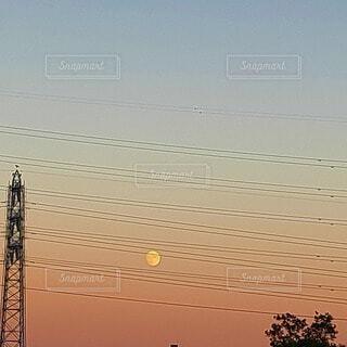 自然,風景,空,屋外,雲,夕暮れ,電線,月,満月,夕暮れ時,十五夜,ムーン,中秋の名月,お月様,待宵の月,十五夜お月様