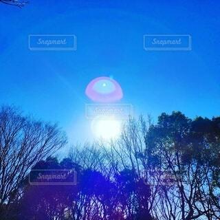 水色の空と白い朝陽の写真・画像素材[4841185]