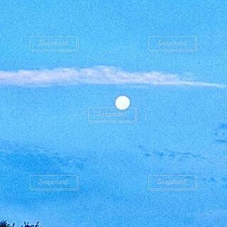 朝の空に満月の写真・画像素材[4841226]