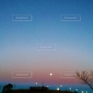 夕暮れ時の満月の写真・画像素材[4841877]