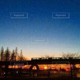 夕焼け空のモノレールの写真・画像素材[4841921]