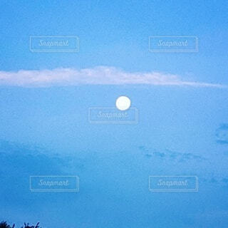 夜明けの満月の写真・画像素材[4841986]