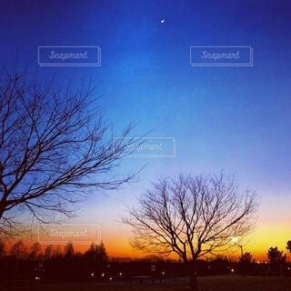 美しい夕暮れと三日月の写真・画像素材[4854573]