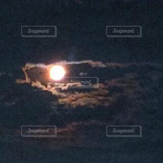 龍の目の様な満月の写真・画像素材[4857146]