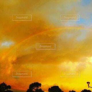 夕方の虹の写真・画像素材[4860666]